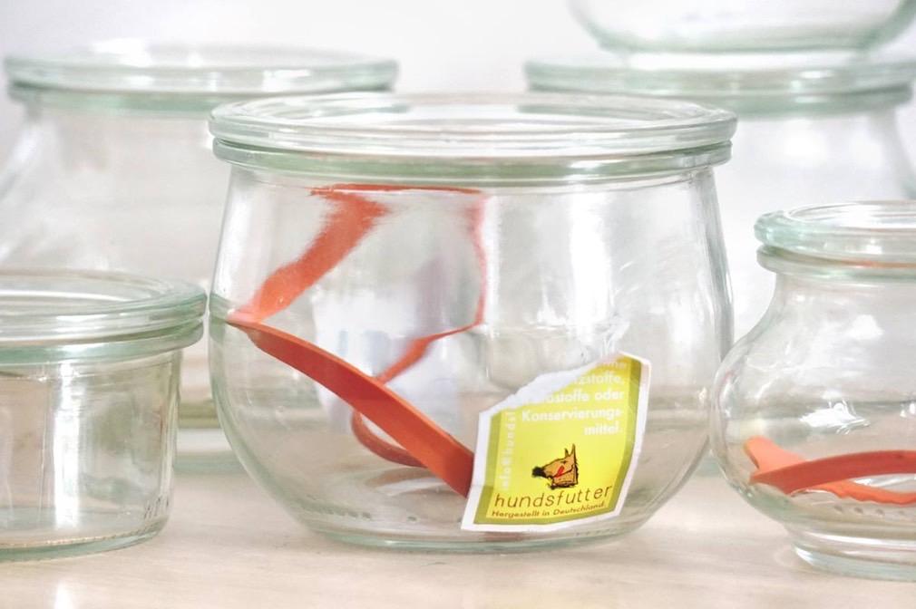 Nachhaltigkeit bedeutet, dass wir die Gläser gerne gegen Pfand zurückkaufen oder neu befúllen.