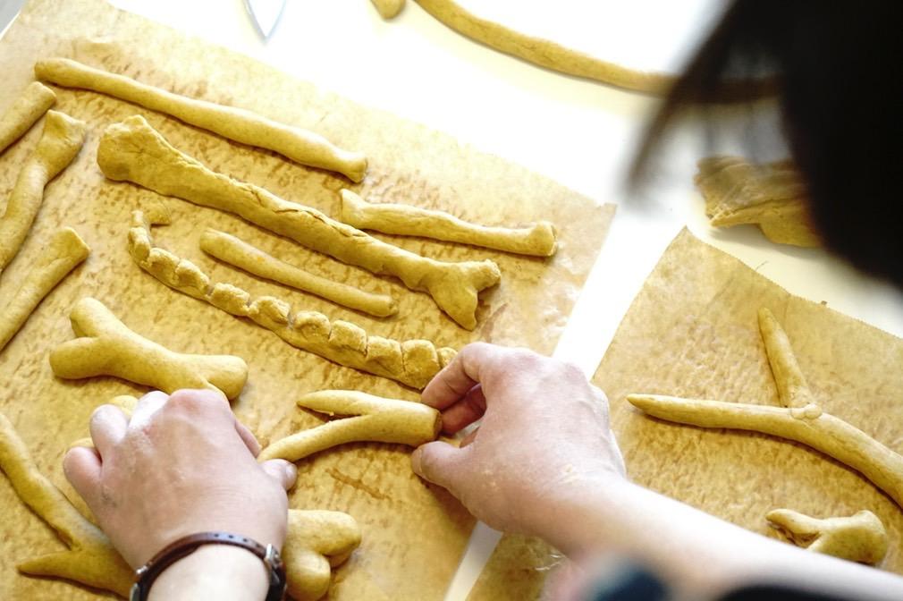 liebevoll hergestellt Hundesnacks und Kauknochen von hundsfutter sind hypoallergen und vegan.
