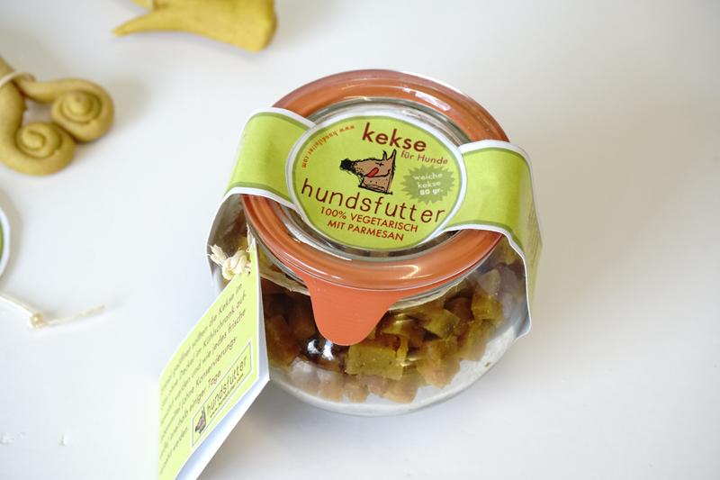 Recycelbare Gläser konservieren unter Vakuum die weichen Snacks von hundsfutter. Das geht ohne jegliche künstliche Zusatzstoffe, Konservierungsmittel oder sonstige unnatürliche Behandlungen. So wie alles bei hundsfutter.