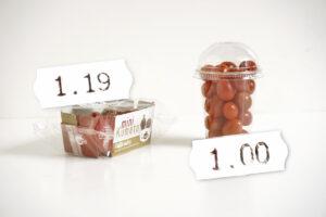 Bei billigen Angeboten muss man immer bedenken, dass ein anderer den wahren Preis zahlt. Es können auch die eigenen Kinder sein. Hier zum Beispiel Tomaten, die in Plastikverpackung billiger verkauft werden, als in Kartonverpackung.