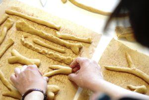 Fair hergestellte Produkte helfen die Gesellschaft zu verbessern. Hier die hundsfutter Werkstatt für Hundesnacks.
