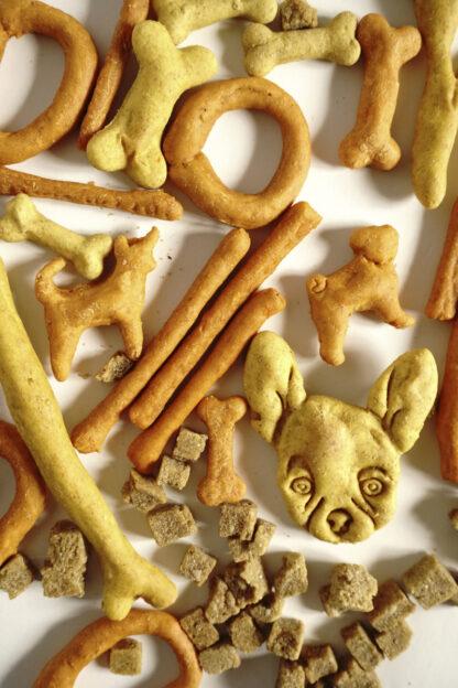 vegane Hundekausnacks in verschiedenen formen und geschmäckern von hundsfutter