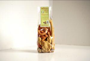 Veganske hundesnacks af blandede sorter i cellofanposer for at forkæle dig.