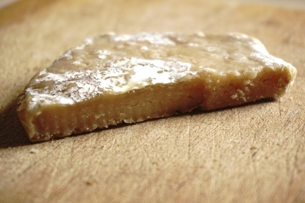 veganer Käse ist möglich, bald gibt es bei Hundsfutter Käsesnacks mit veganem Käse